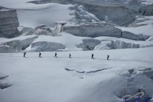 IMGP6035_sullovovia verso Aiguille du Midi-crepacci-alpinisti