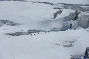 IMGP6020_sullovovia verso Aiguille du Midi-crepacci-alpinisti