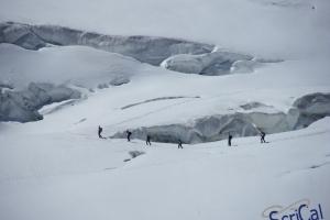 IMGP6023_sullovovia verso Aiguille du Midi-crepacci-alpinisti