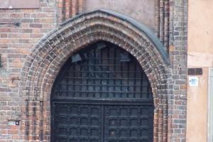 100_3578_stare miasto_piazza mercato_portale gotico mediev.jpg