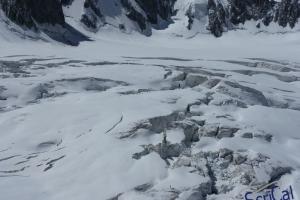 IMGP6021_sullovovia verso Aiguille du Midi-crepacci-alpinisti