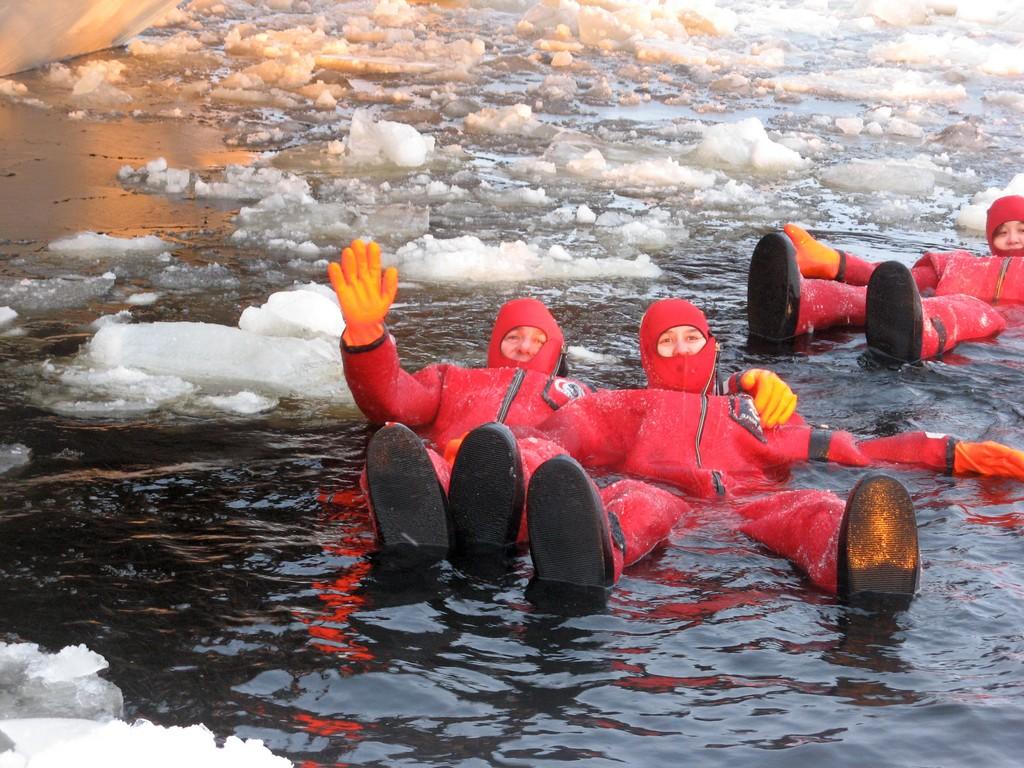Sampo, bagno nel ghiaccio del mar Baltico